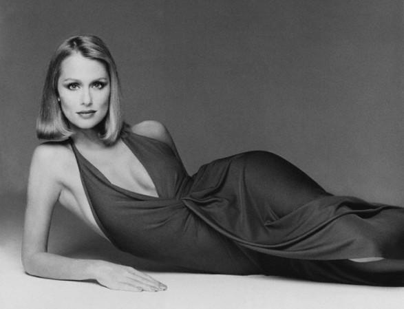 Lauren Hutton by Francesco Scavullo Vogue Sept 1975-Halston dress